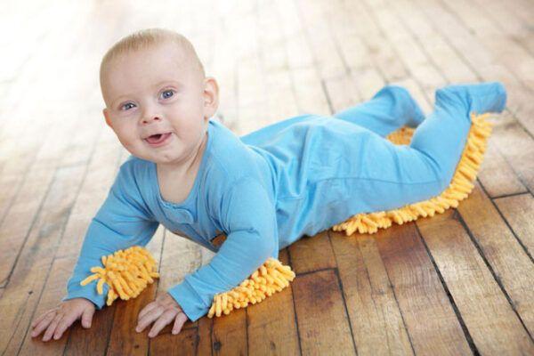 Bebé Limpiando casa
