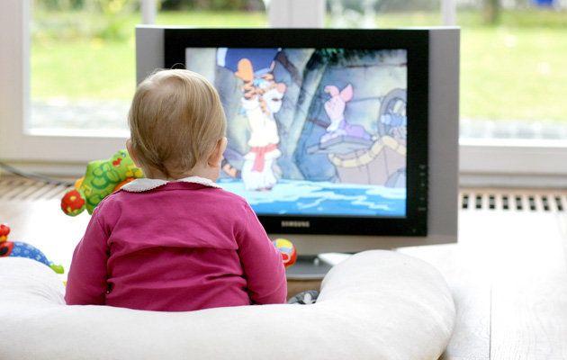 Bebé mira la televisión