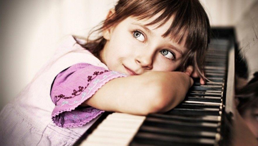 Niña superdotada sobre piano