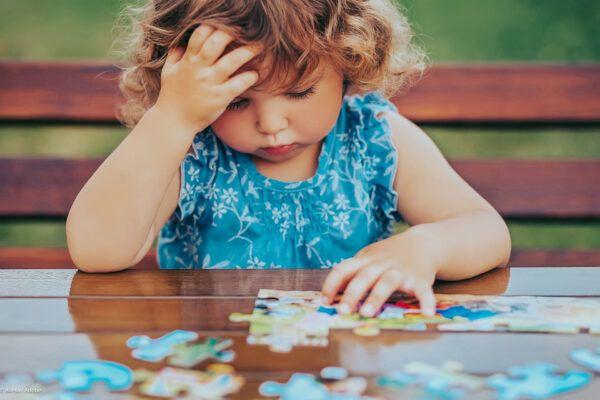 Niña solucionando un puzle