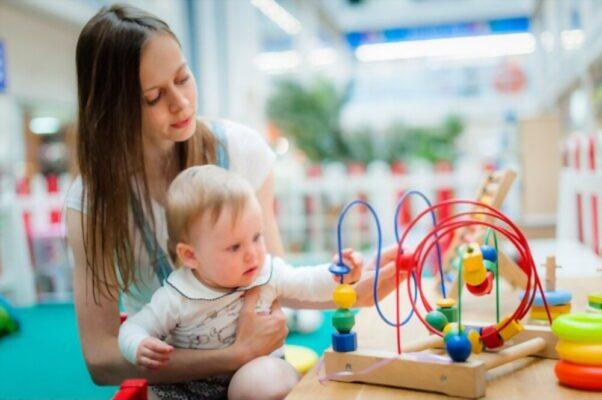 Mamá jugando con su bebé - Estimulación temprana