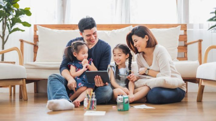 Familia observando la tablet
