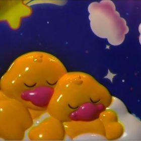 Patitos amarillos duermen plácidamente. Dormir seguros.