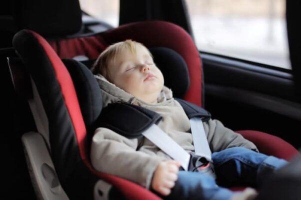 Bebe durmiendo en silla de coche