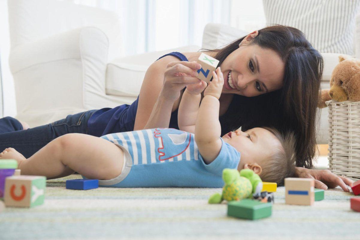 Los mejores jueguetes para tu bebé de estimulación temprana. Mama compartiendo momentos con su bebé.