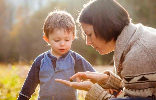 Madre enseña insecto a su hijo - amineta su curiosidad