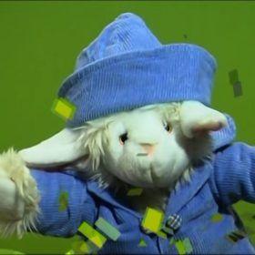 Marioneta oveja se enfrenta al viento.